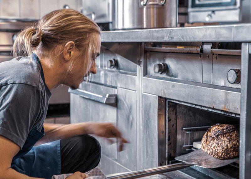 Das Brot wird in den Ofen geschoben